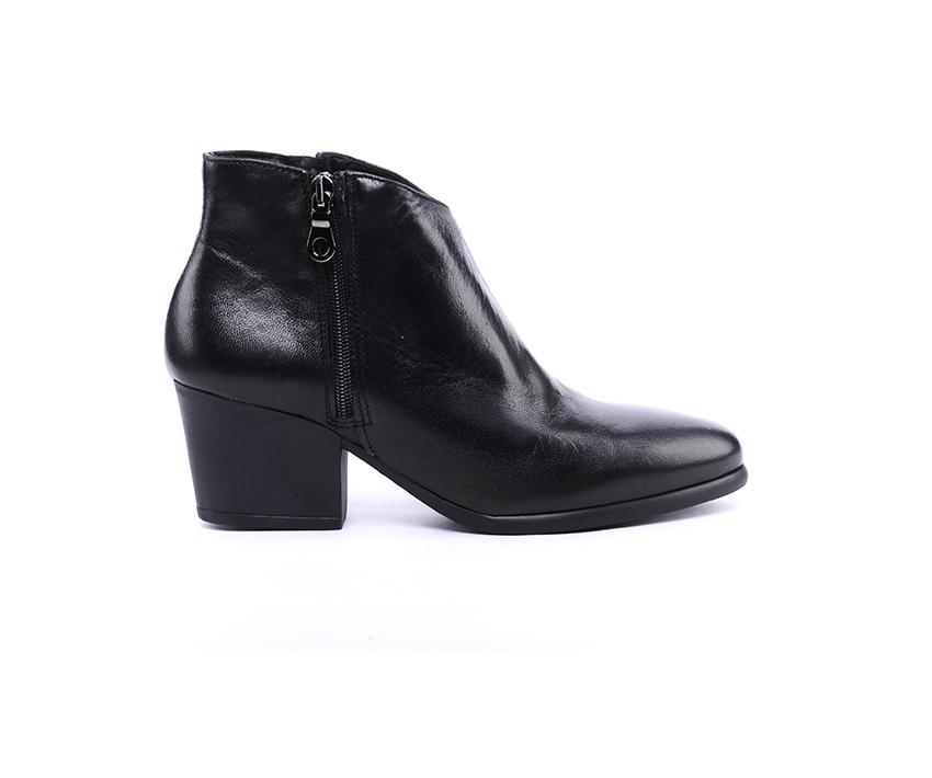 Стилни дамски боти в черно от мека лицева кожа на ток-587